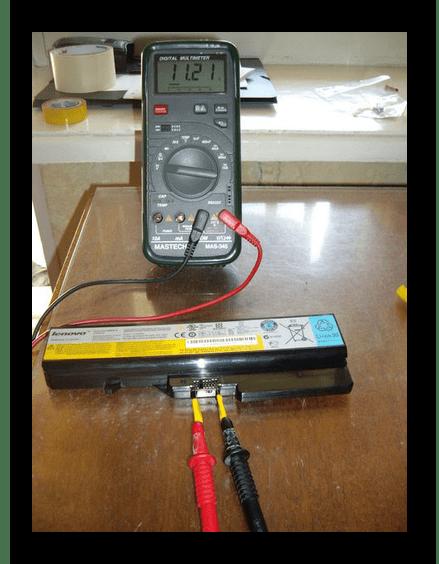 Процесс проверки аккумулятора ноутбука мультиметром