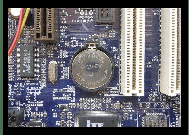 Батарейка питания на материнской плате компьютера