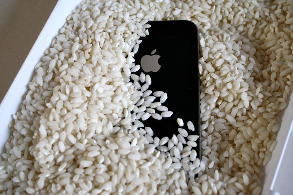 Погружение iPhone в рис