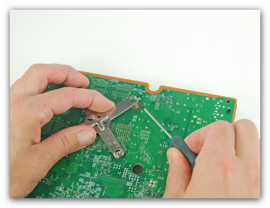 Изъятие крестовины крепления радиатора Xbox 360 во время разборки