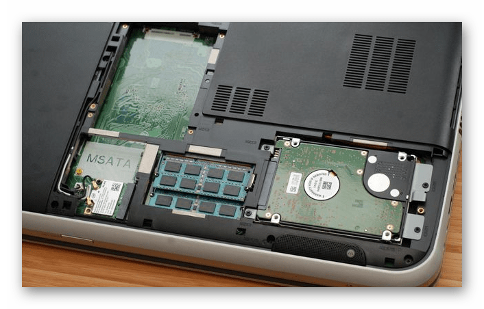 Пластиковая крышка на нижней части ноутбука для быстрого доступа к деталям