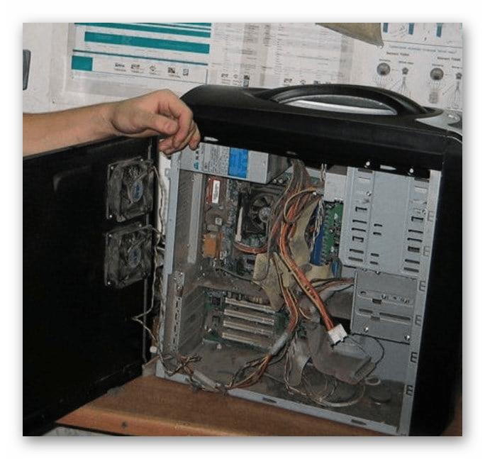 Корпус системного блока компьютера засоренный пылью