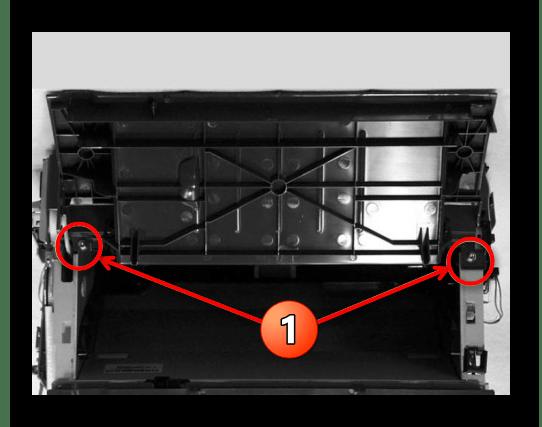 Откручивание винтов крепления верхней крышки принтера Canon при его разборке