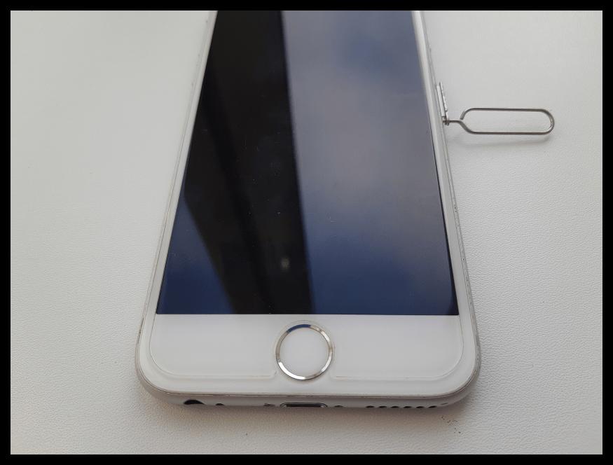 Открытие слота для сим-карты iPhone с помощью скрепки