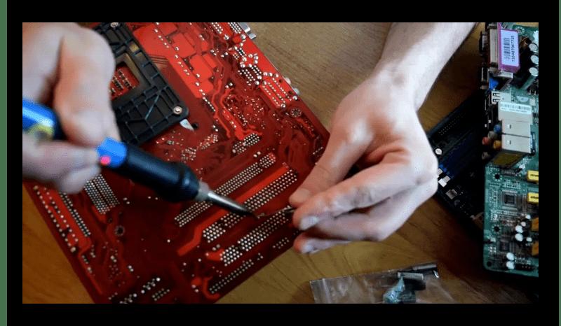 Замена электрического конденсатора на материнской плате компьютера