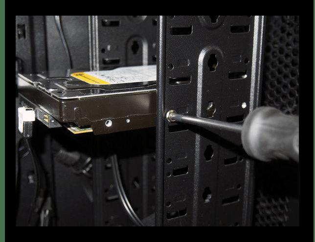 Извлечение жесткого диска из компьютерного корпуса