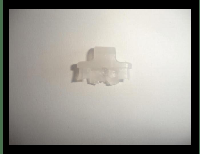 Снятие фиксатора с флешки с разборной конструкцией