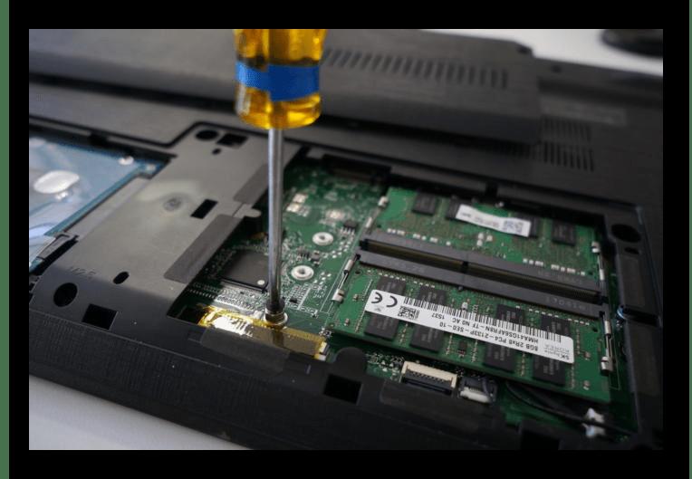 Снятие винта крепления SSD формата M2 в ноутбуке