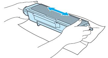 Встряхивание нового картриджа для лазерного принтера Canon